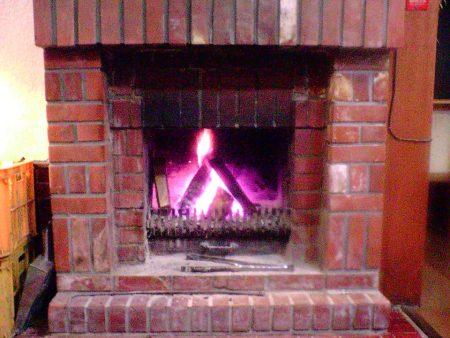 スキー場近くのペンションの暖炉